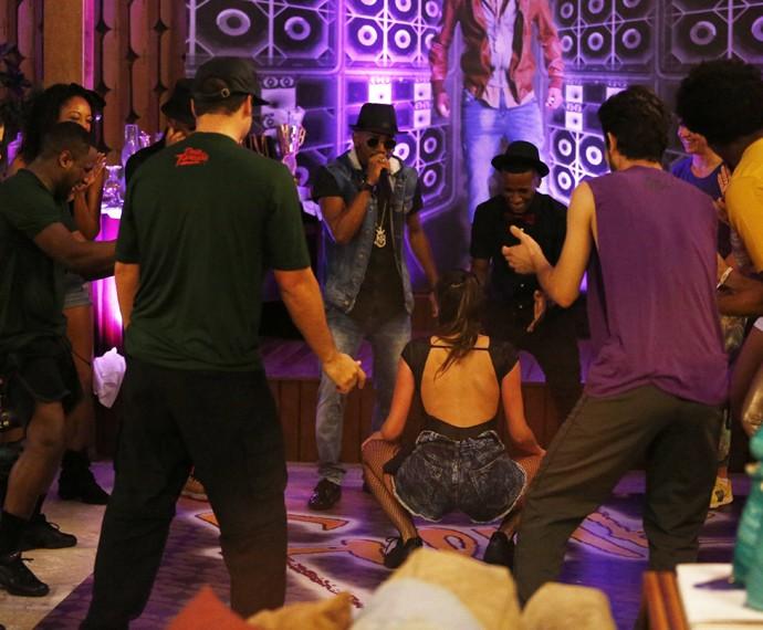 Agatha Moreira vai até o chão com show de Nego do Borel (Foto: Raphael Dias/Gshow)