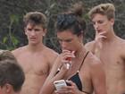Alessandra Ambrósio toma sacolé em tarde de praia com os filhos