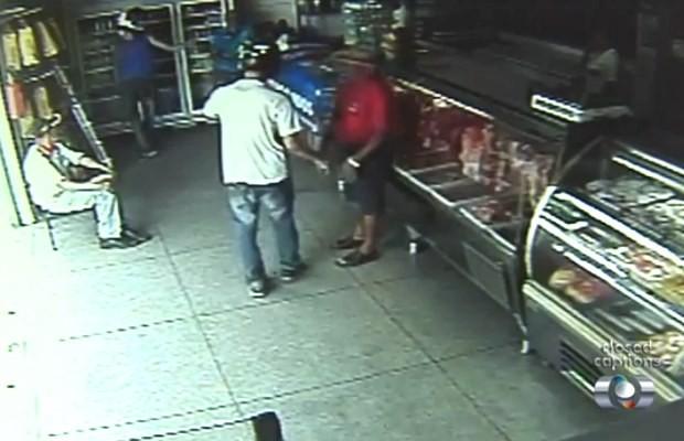 Dois homens assaltam açougue em Goiânia, Goiás (Foto: Reprodução/ TV Anhanguera)