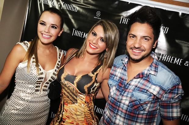 Babi Rossi com a dupla Thaeme e Thiago (Foto: Angelo Santos/ Divulgação)