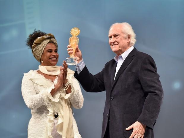 Fernando Solanas exibe o troféu recebido no Festival de Gramado (Foto: Edison Vara/Agência Pressphoto)