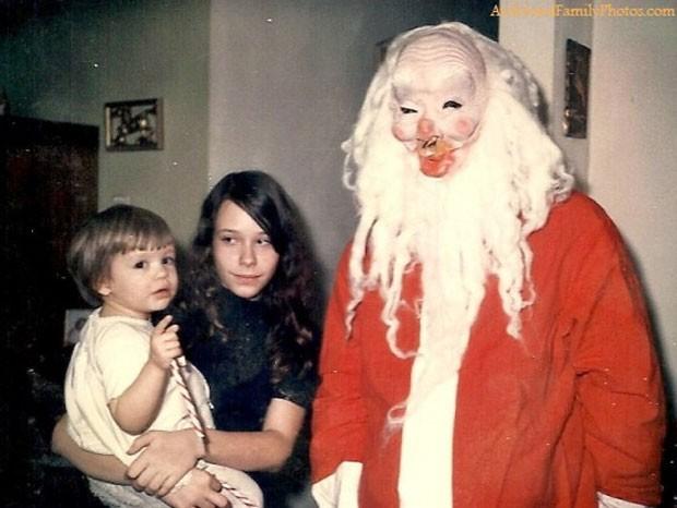 Em foto de 1971, menina posou com sua avó e um Papai Noel assustador (Foto: Reprodução)