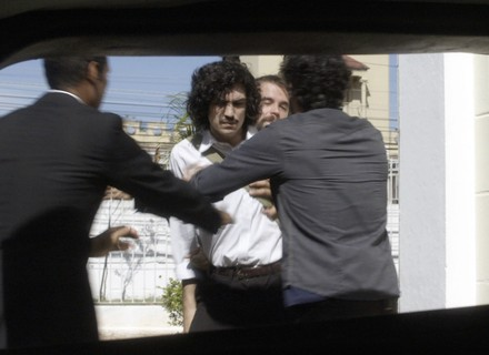 Gustavo é levado por agentes de Amaral