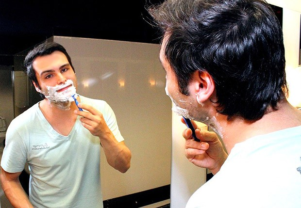 Leandro precisa fazer a barba todos os dias quando tem apresentação (Foto: Luciano Santos/Talentmix)