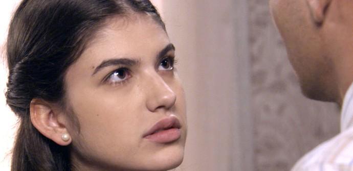 Gerusa coloca o namorado contra a parede (Foto: TV Globo)