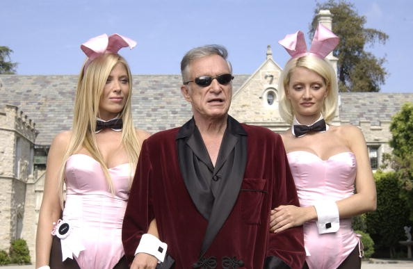 Hugh Hefner, fundador da marca, com coelhinhas da Playboy (Foto: Getty Images)