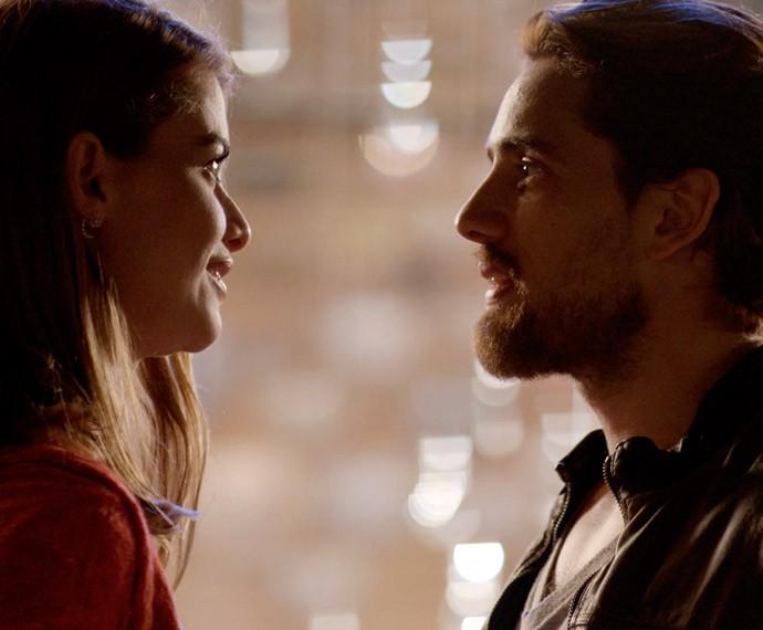 Os dois conversam sobre a forte sensação de reconhecimento, e Felipe chama Lívia para dançar (Foto: TV Globo)