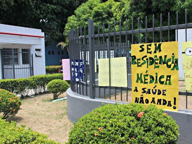 Cartazes foram afixados em grade do Hospital Adriano Jorge (Foto: Suelen Gonçalves/G1 AM)