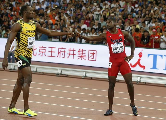 Usain Bolt e o adversário Justin Gatlin após a final dos 100m  (Foto: Reuters)