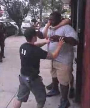 """O nova-iorquino Eric Garner morreu após truculenta abordagem da polícia. """"Não consigo respirar"""" foram suas últimas palavras (Foto: Reprodução/New York Daily News)"""