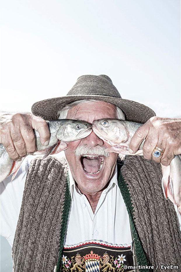 Foto humorística de um homem com peixes, de Martn Kre, é finalista na categoria 'Retratos' (Foto: @martinkre/EyeEm)