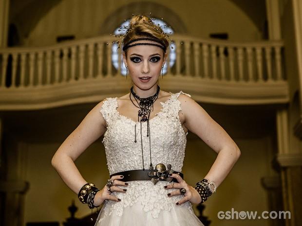 Intérprete de Bia, Malu alia vestido de noiva e estilo 'rock and roll'  (Foto: Fábio Rocha/TV Globo)