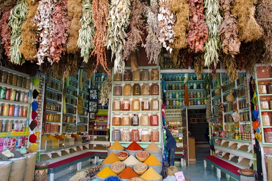 Loja de condimentos do mercado de Marrakech (Foto: © Haroldo Castro/Época)