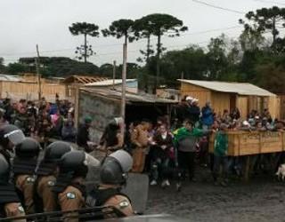 Polícia acompanha reintegração de posse (Foto: Luiz Fernando Martins/ RPC TV)