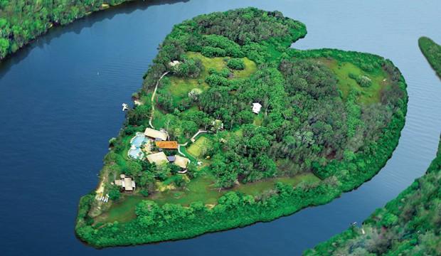 O resort fica em uma ilha no formato de coração (Foto: Reprodução)