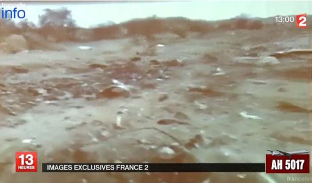 Imagens da TV francesa 'France 2' mostram o que seriam os destroços do avião da Air Algérie  (Foto: Reprodução/France 2)
