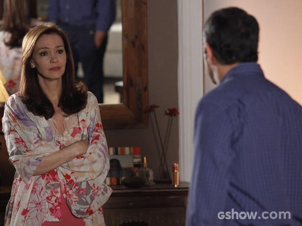 Os dois têm discussão feia e ele manda ela esquecê-lo (Foto: Raphael Dias/TV Globo)