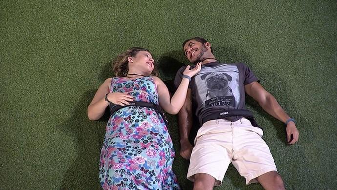 Clima entre Maria Claudia e Matheus movimenta casa na madrugada (Foto: TV Globo)