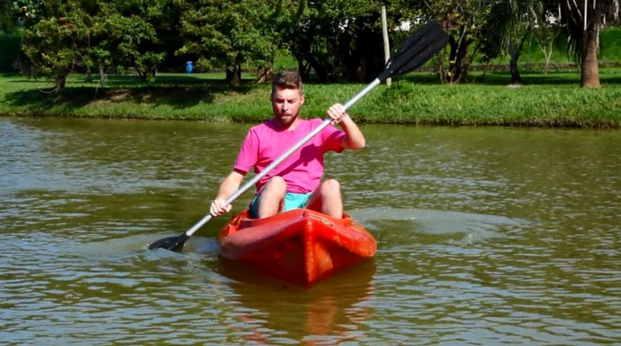O repórter Rafael Ristow arriscou entra a bordo de um barco para praticar a canoagem em Piracicaba (SP) (Foto: reprodução EPTV)