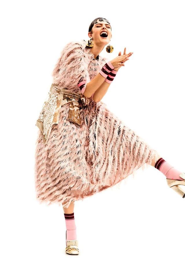 Vestido, R$ 29 mil, Dolce & Gabbana; casaco amarrado na cintura, R$ 299, Amaro. Brincos, R$ 2.030, Prada; bracelete, R$ 287, A Figurinista; sapatos, R$ 3.820, Gucci; meias e munhequeiras, ambas Memo. (Foto: Rafael Pavarotti)