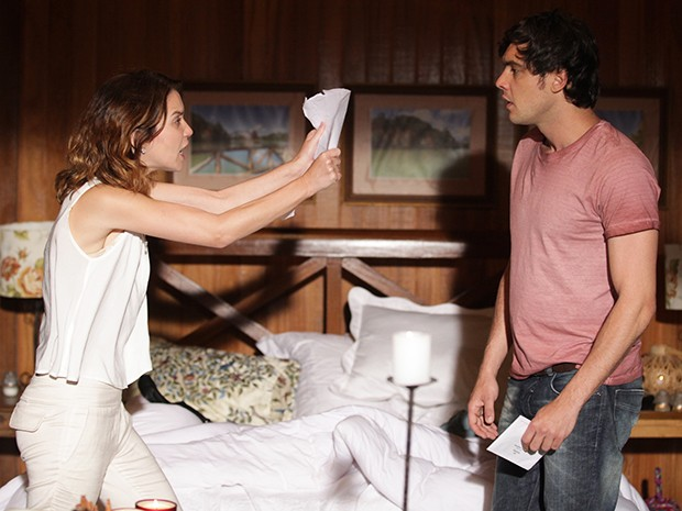 Laura se desespera e faz muitas perguntas (Foto: Pedro Curi/Gshow)