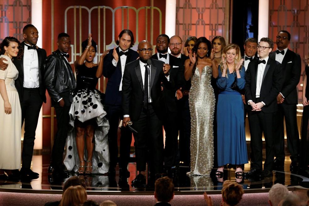 Equipe de 'Moonlight: Sob a luz do luar' recebe o Globo de Ouro de melhor filme de drama (Foto:  Paul Drinkwater/Cortesia da NBC/Reuters)