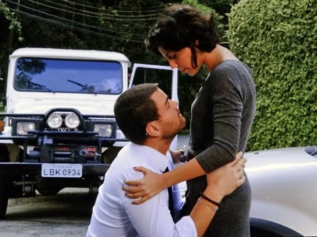 De jelhos, Fernando pede que Miriam volte para ele (Foto: Amor Eterno Amor/ TV Globo)