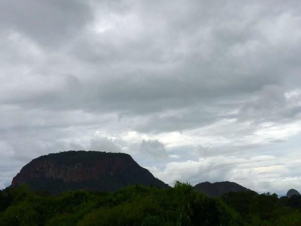 Tempo nublado na região de Aquidauana, MS, nesta quarta-feira (Foto: Isabela Cavalcante/ TV Morena)