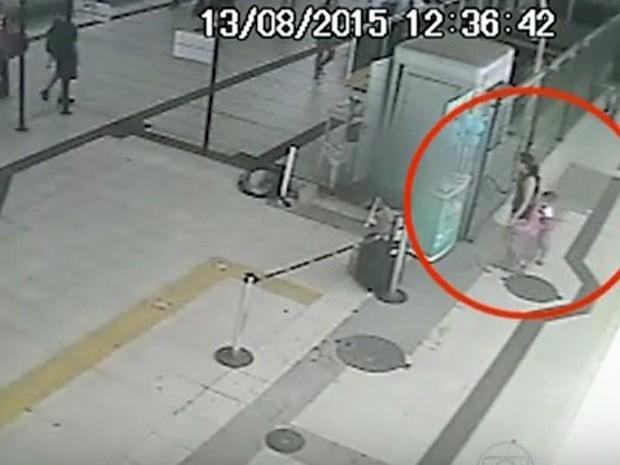 Imagens mostram mulher deixando menino no BRT (Foto: Reprodução / Globo)