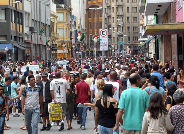 Forte movimento de pedestres na Rua 25 de Março, região central de São Paulo, ás vésperas do Natal deste ano (Foto: Hélvio Romero/Estadão Conteúdo)