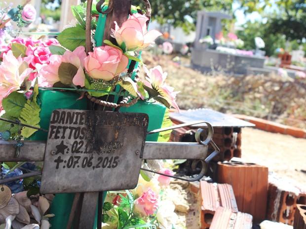 Túmulo de Danielly Rodrigues, que morreu após 10 dias internada, ainda recebe homenagens (Foto: Patrícia Andrade/G1)