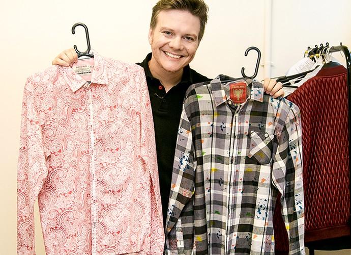 Michel Teló guarda as camisas dos clipes Amiga da Minha Irmã (esquerda) e Levemente Alterado (direita) (Foto: Isabella Pinheiro/Gshow)