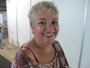 Antonia Lucia Bastos Fernandes emprestou várias folhas de cheque para os vizinhos e ficou com o nome sujo (Foto: Marta Cavallini/G1)