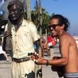 Cariocas e turistas ganham foto com estátua de Tom Jobim (Káthia Mello/G1)