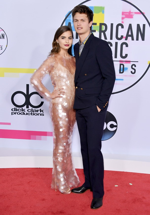 LOS ANGELES, CA - NOVEMBER 19:  Violetta Komyshan (L) and Ansel Elgort attend the 2017 American Music Awards at Microsoft Theater on November 19, 2017 in Los Angeles, California.  (Photo by Neilson Barnard/Getty Images) (Foto: Getty Images)