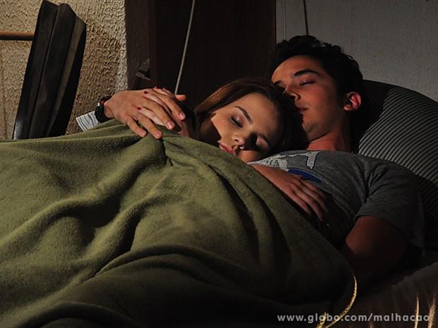 Anita e Ben passam a noite abraçadinhos e caem no sono (Foto: Malhação / TV Globo)