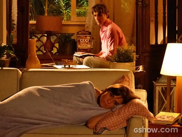 Clara se fecha, responde às provocações de Cadu e dorme no sofá (Foto: Em Família/ TV Globo)