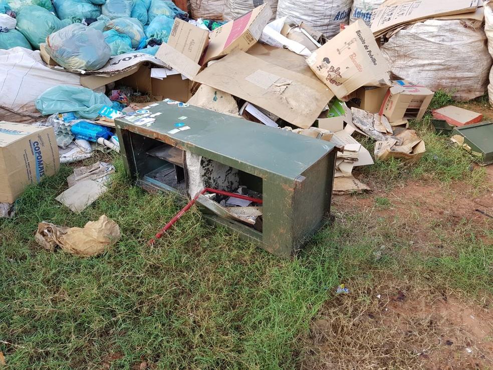 Bandidos deixaram o cofre na reciclagem de lixo em Pirapozinho (Foto: Cedida/Polícia Civil)