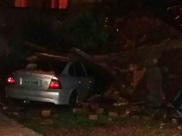 Muro caiu sobre carro de vizinho em Palhoça (Foto: Defesa Civil/Divulgação)