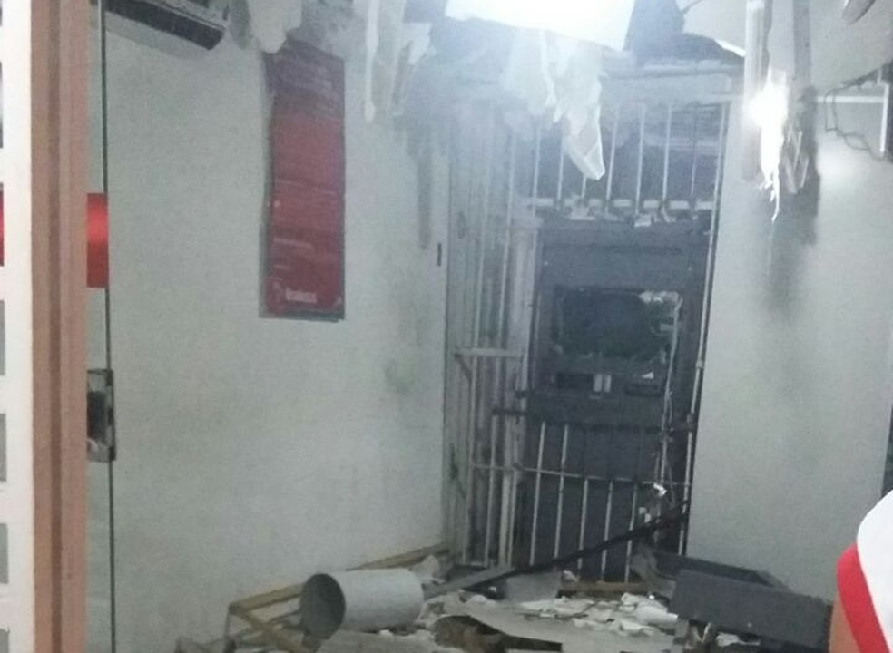 Em Vera Cruz, agência ficou destruída com a força da explosão  (Foto: Divulgação/PM)
