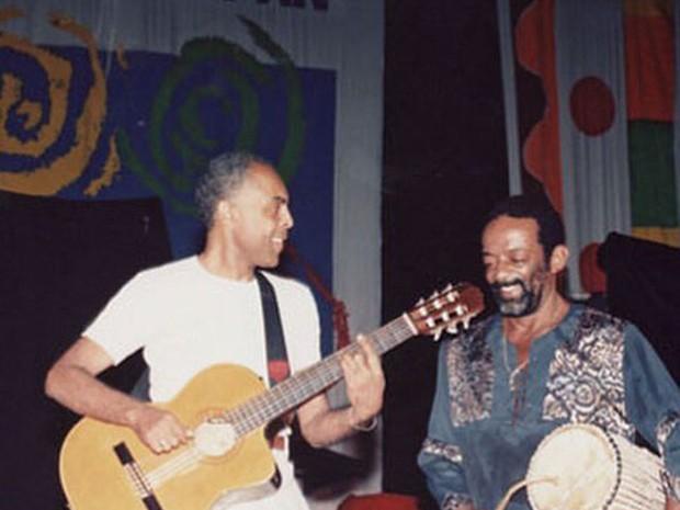 Gilberto Gil postou no Twitter uma foto antiga ao lado de Naná Vasconcelos para homenagear o percussionista morto nesta quarta-feira (Foto: Reprodução/Twitter/gilbertogil)