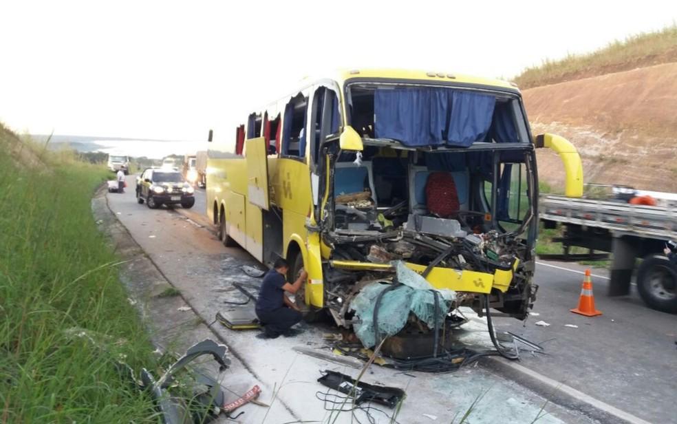 Acidente entre ônibus e caminhão deixa feridos em Santo Antônio do Descoberto (Foto: Divulgação/PRF)