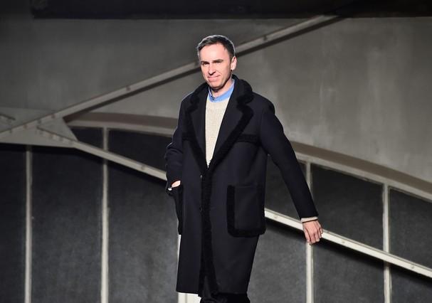 Depois de deixar a Dior em 2015, Raf Simons foi proibido por contrato de aceitar outro cargo como diretor criativo. O acordo com a maison francesa expirou agora em julho de 2016 (Foto: Divulgação)