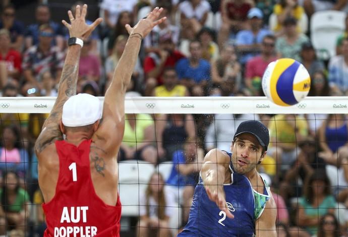 Alison e Bruno Schmidt, vôlei praia, Olimpíada, Clemens Dopler, Áustria  (Foto: REUTERS/Ruben Sprich)