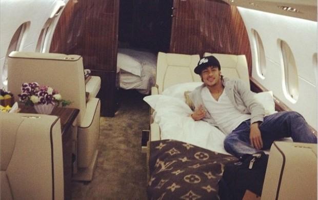 Neymar no avião (Foto: Reprodução / Twitter)