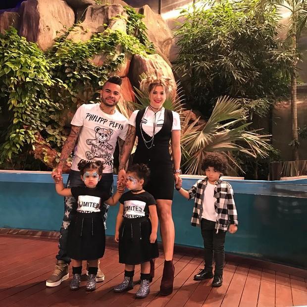 Dani Souza e Dentinho com os filhos (Foto: Reprodução/Instagram)