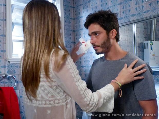 O clima esquenta quando Lili ajuda William com curativo (Foto: Além do Horizonte/TV Globo)