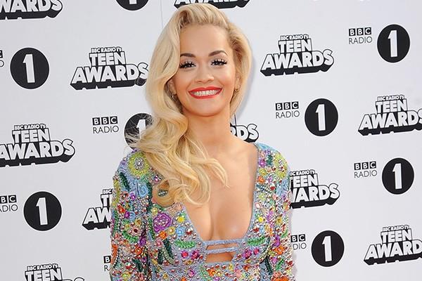 """Rita Ora admitiu ter medo de...vasos sanitários. """"Sempre sinto que algo vai me assustar quando vejo um vaso sanitário"""", disse a cantora. Então tá, né.  (Foto: Getty Images)"""