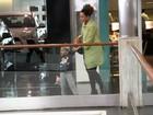 Taís Araújo leva filho ao cinema e exibe a barriguinha de seis meses
