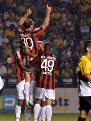 Paulo Baier, do Atlético-PR, faz 100° gol em Criciúma (Foto: Site oficial do Atlético-PR/Gustavo Oliveira)